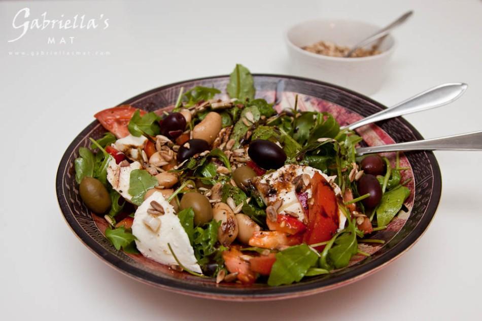 Bönsallad med mozzarella, oliver och solrosfrön (3)