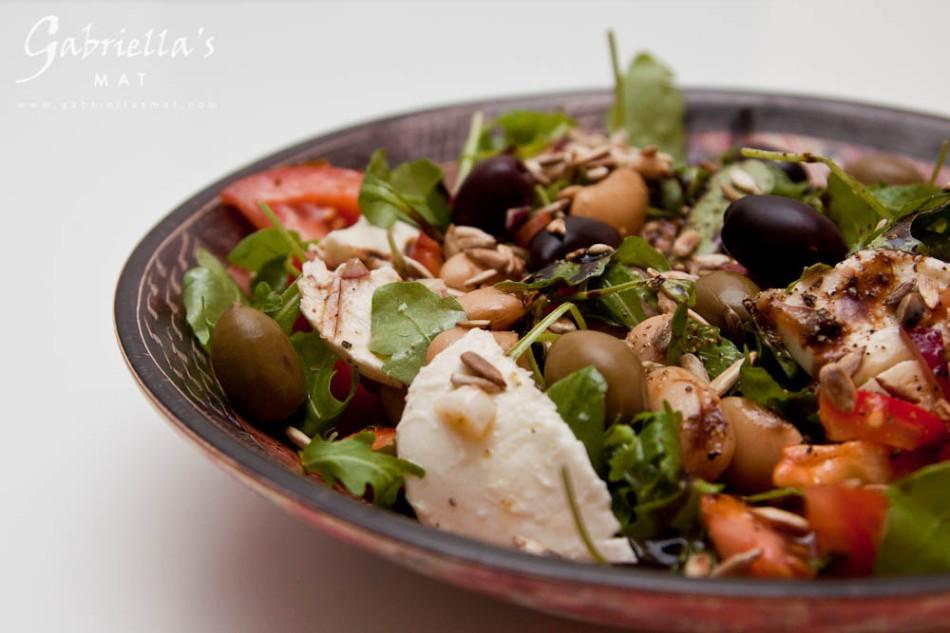 Bönsallad med mozzarella, oliver och solrosfrön